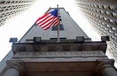 La Bourse de New York a ouvert en repli mercredi, victime de prises de bénéfice au lendemain de la meilleure séance depuis deux mois enregistrée par l'indice phare Standard & Poor's 500. Quelques minutes après le début des échanges, l'indice Dow Jones perd 0,4%, le S&P-500 recule de 0,26% et le Nasdaq Composite cède lui aussi 0,26%. /Photo d'archives/REUTERS/Chip East