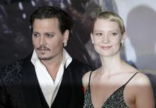 """Mia Wasikowska e Johnny Depp durante evento de """"Alice Através do Espelho"""" em Londres.     10/05/2016       REUTERS/Paul Hackett"""
