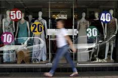 Una tienda con anuncios de descuentos en Brasilia, sep 25, 2015. La confianza del consumidor de Brasil se mantuvo casi estable en mayo, ya que los avances en las mediciones de expectativas y empleos compensaron las pérdidas en la evaluación de condiciones actuales y de inversión, indicó el miércoles un sondeo de Thomson Reuters e Ipsos.  REUTERS/Ueslei Marcelino