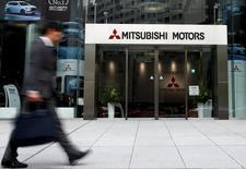 Le constructeur automobile japonais Nissan est entré en négociations exclusives avec Mitsubishi Motors pour prendre une participation de plus de 30% au capital de son compatriote et concurrent, selon deux personnes informées de ce projet. /Photo d'archives/REUTERS/Thomas Peter