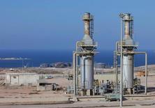 Нефтяной порт Марс-эль-Харига в Ливии Цены на нефть снижаются в четверг на фоне постепенного восстановления добычи в канадском регионе нефтяных песков после резкого роста в предыдущую сессию, когда Управление энергетической информации (EIA) США сообщило о неожиданном падении запасов за минувшую неделю.  REUTERS/Ismail Zitouny/File Photo