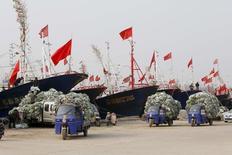 Port de Lianyungang, dans le Jiangsu. Le Parlement européen s'est opposé jeudi à ce que l'Union européenne reconnaisse à la Chine le statut d'économie de marché et réduise ainsi ses capacités de lutte antidumping. /Photo prise le 26 mars 2016/REUTERS