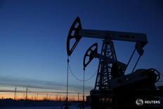 Станки-качалки на Имилорском месторождении Лукойла близ Когалыма 25 января 2016 года. Добыча нефти и газового конденсата в РФ может приблизиться в 2017 году к рекорду советских времен и составить 565 миллионов тонн в основном за счет новых месторождений и несмотря на низкие цены на нефть, говорится в аналитическом обзоре Vygon Consulting. REUTERS/Sergei Karpukhin