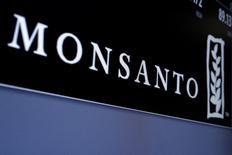 Le titre Monsanto grimpe jeudi en Bourse sur des informations faisant état d'un intérêt des groupes chimiques allemands Bayer et BASF pour le numéro un mondial des semences. Selon Bloomberg, Bayer réfléchit à une offre de 40 milliards de dollars (35,13 milliards d'euros) sur Monsanto. Le site d'informations financières Street Insider de son côté a fait état mercredi d'un intérêt de BASF pour le groupe américain. /Photo prise le 9 mai 2016/REUTERS/Brendan McDermid