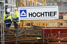 ACS logró aumentar su beneficio a marzo en un 6,0 por ciento gracias a la venta de un paquete de acciones de Iberdrola y la buena marcha de sus negocios en el exterior. En la imagen, trabajadores de Hochtief, la filial alemana de ACVS en unas obras en Essen, Alemania, el 8 de marzo de 2016.   REUTERS/Wolfgang Rattay