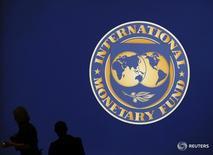 Логотип МВФ в Токио 10 октября 2012 года. Новое украинское правительство выполнит все согласованные с Международным валютным фондом меры для получения $1,7-миллиардного кредита, а также программу приватизации в этом году, сказал министр финансов Александр Данилюк. REUTERS/Kim Kyung-Hoon