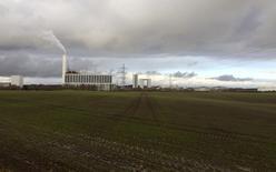 La promotora danesa de parques eólicos DONG Energy , que los analistas valoran en hasta 13.000 millones de dólares, dijo el jueves que planea colocar acciones en la Bolsa de Copenhage este verano.  Imagen de un parque de DONG Energy en Kalundborg, Dinamarca, tomada el 20 de noviembre de 2015.  REUTERS/Sabina Zawadzki/File Photo
