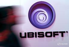 Мужчина проходит мимо логотипа Ubisoft на выставке Electronic Entertainment Expo в Лос-Анджелесе 11 июня 2014 года. Французский производитель видеоигр Ubisoft прогнозирует рост продаж в первом квартале 2016/2017 финансового года на 29 процентов по сравнению с предыдущим годом благодаря выпуску новых игр и сильным показателям в цифровом сегменте. REUTERS/Jonathan Alcorn