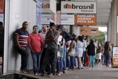 Personas en la fila de ingreso a una agencia de empleos en Brasilia, mar 8, 2016. Naciones Unidas dijo el jueves que redujo su proyección de crecimiento económico global para 2016 en medio punto porcentual, al 2,4 por ciento, debido fundamentalmente a revisiones a la baja para América Latina, África, la Comunidad de Estados Independientes  REUTERS/Ueslei Marcelino