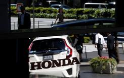 Honda Motor prévoit une hausse de 13,2% de son bénéfice net pour l'exercice fiscal commencé en avril, la vigueur des ventes automobiles à travers le monde devant compenser l'effet négatif du raffermissement du yen. /Photo prise le 13 mai 2016/REUTERS/Toru Hanai