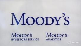 Логотип Moody's Investor Services в Париже 24 октября 2011 года. Международный валютный фонд возобновит прерванное осенью кредитование Украины в ближайший месяц - полтора, полагает рейтинговое агентство Moody's, связывая дальнейший прогресс в развитии украинской экономики с выполнением программы МВФ. REUTERS/Philippe Wojazer