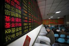 Инвесторы в брокерской конторе в Шанхае 21 апреля 2016 года. Китайский фондовый рынок завершил торги пятницы на самом низком уровне за последние два месяца вслед за падением ключевого индекса четвертую неделю подряд на фоне растущего беспокойства по поводу возможного спада экономической активности. REUTERS/Aly Song