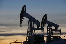 Bombas de extracción de petróleo aparecen en esta imagen de archivo en el campo de Imilorskoye, propiedad de Lukoil, en la ciudad rusa de Kogalym, el 25 de enero de 2016.  La OPEP aseguró que el mercado petrolero global sigue con exceso de suministros y apuntó a un mayor superávit en la oferta petrolera este año, ya que el aumento de su propia producción compensa las pérdidas de exportadores externos al cártel por la caída en los precios. REUTERS/Sergei Karpukhin/Files