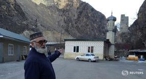 Отец Ахмеда Алигаджиева Магомед у мечети в Гимрах, Дагестан 27 января 2016 года. Российские власти помогали северокавказским радикалам покинуть территорию России в обмен на обещания сложить оружие или закрывали глаза на их отъезд. REUTERS/Maria Tsvetkova