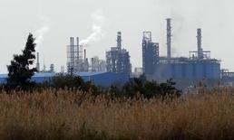 Aunque las ventas y los pedidos crecieron saludablemente en el primer trimestre, el beneficio operativo bruto (EBITDA) de Técnicas Reunidas bajó un 4 por ciento a 47 millones de euros, ante un estrechamiento de los márgenes que prevé que se mantenga el resto del año.   Imagen de una refinería de petróleo cerca del puerto mediterráneo de la ciudad de Alejandria, en Egipto, al norte de El Cairo, el 10 de febrero de 2016. REUTERS/Amr Abdallah Dalsh