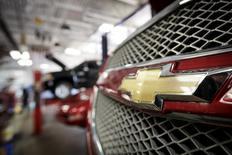 General Motors a annoncé vendredi la suspension temporaire de la vente d'environ 60.000 véhicules dont les documents de présentation exagèrent les performances en terme de consommation de carburant. Un porte-parole du premier constructeur américain a MENTIONN2 les versions 2016 du GMC Acadia, de la Buick Enclave et du Chevrolet Traverse. /Photo d'arcihves/REUTERS/John Gress
