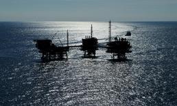 La compagnie pétrolière publique d'Abou Dhabi Adnoc compterait supprimer 5.000 postes d'ici à la fin de l'année, en comptant 2.000 licenciements auxquels elle a déjà procédé. /Photo d'archives/REUTERS/Antonio Bronic