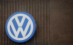 El fondo soberano noruego, el mayor del mundo, dijo el domingo que planea unirse a las demandas colectivas presentadas contra el fabricante de vehículos alemán Volkswagen debido al escándalo de emisiones. En la imagen, un logo de Volkswagen en un centro de Wolfsburgo, Alemania, el 28 de abril de 2016.  REUTERS/Fabrizio Bensch