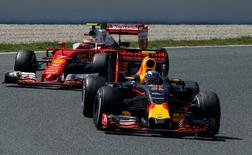 Formula One - Spanish Grand Prix - Barcelona-Catalunya racetrack, Montmelo, Spain - 15/5/16 Red Bull F1 driver Max Verstappen (R) of The Netherlands leads Ferrari F1 driver Kimi Raikkonen of Finland during Spanish Grand Prix. REUTERS/Albert Gea - RTSED9X