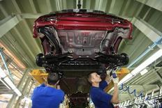 Рабочие на заводе Derways в Черкесске 7 сентября 2011 года. Экономика России в первом квартале 2016 года, согласно предварительной оценке, сократилась на 1,2 процента к аналогичному периоду 2015 года, сообщил Росстат. REUTERS/Eduard Korniyenko