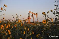 Станок-качалка Devon Energy Production Company близ Гатри, Оклахома 15 сентября 2015 года. Цены на нефть достигли шестимесячных максимумов в ходе торгов понедельника на фоне беспокойства по поводу сбоев поставок из Нигерии и более оптимистичного прогноза Goldman Sachs о ситуации на нефтяном рынке, несмотря на то, что подъем котировок и ограничили данные о росте запасов в американском Кушинге. REUTERS/Nick Oxford