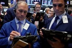 La Bourse de New York a fini en nette hausse lundi, dopée par Apple et les valeurs de l'énergie. Le Dow Jones a gagné 0,99% à 17.709,75 points. /Photo prise le 16 mai 2016/REUTERS/Brendan McDermid