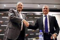 Brookfield Infrastructure Chief Executive Sam Pollock (R) shakes hands with Asciano Ltd Chief Executive Officer (CEO) John Mullen after a media conference in Sydney, Australia, August 18, 2015.   REUTERS/David Gray - RTX1OKUV