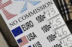 Una salida británica de la Unión Europea podría dañar las calificaciones crediticias de otros miembros del bloque regional con fuertes lazos comerciales o financieros con el Reino Unido, incluidos Alemania, Francia, España, Irlanda y Holanda, dijo la agencia Fitch el lunes. En la imagen, un cartel con tipos de cambio en el exterior de un establecimiento de divisas, en el centro de Londres, 22 de febrero de 2016. REUTERS/Toby Melville