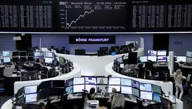 Las acciones europeas remontaban el martes tras noticias alentadoras de empresas, con Taylor Wimpey liderando los avances tras anunciar un dividendo extraordinario y Vodafone al alza tras publicar resultados.  En la imagen, operadores trabajan en la Bolsa de Fráncfort el 12 de mayo de 2016.  REUTERS/Staff/Remote