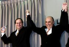 Ilan Goldfajn (esquerda), anunciado nesta terça-feira como novo presidente do Banco Central, e ministro da Fazenda, Henrique Meirelles, durante evento em Brasília.    22/05/2003   REUTERS/Jamil Bittar/File Photo