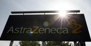 Un logo de AstraZeneca en Macclesfield, Inglaterra, mayo 19, 2014. El intento de AstraZeneca por reconstruir su cartera de nuevos medicamentos recibió un impulso gracias a los resultados positivos de un fármaco biotecnológico experimental para el asma severa, que la farmacéutica previamente asoció con ventas potenciales de 2.000 millones de dólares anuales.  REUTERS/Phil Noble