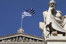 """Les ministres des Finances de la zone euro vont tenter le 24 mai de conclure avec la Grèce à la fois un compromis sur un ensemble de réformes """"optionnelles"""" pour garantir qu'Athènes respectera ses objectifs budgétaires et un accord politique relatif à un futur allègement de sa dette, selon un responsable de l'Union européenne. /Photo d'archives/REUTERS/John Kolesidis"""