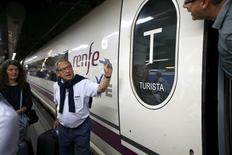 El gestor de los ferrocarriles españoles, Renfe, anunció el miércoles que Bombardier e Hitachi se han retirado del proceso de licitación para el suministro de nuevos trenes de alta velocidad en España. En la imagen de archivo, pasajeros buscan su vagón en un tren AVE de la estación de Sants en Barcelona, el 8 de octubre de 2015. REUTERS/Albert Gea