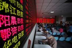 Инвесторы в брокерской конторе в Шанхае. 26 мая 2015 года. Ведущий фондовый индекс Китая завершил торги среды на минимуме двух с половиной месяцев, поскольку комментарии некоторых представителей Федрезерва США возродили перспективы повышения ключевой ставки уже в июне. REUTERS/Aly Song/File Photo
