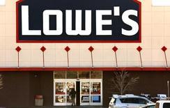 Lowe's fait état mercredi de résultats trimestriels supérieurs aux attentes, la chaîne de magasins de bricolage ayant, comme son grand rival Home Depot, bénéficié de la vigueur du marché immobilier américain et de conditions météorologiques favorables. Le bénéfice net trimestriel s'est établi à 884 millions de dollars (784 millions d'euros), contre 673 millions un an plus tôt. /Photo d'archives/REUTERS/Rick Wilking