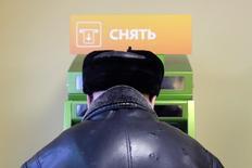 Мужчина у банкомата Сбербанка в Ставрополе. 28 января 2015 года. ЦБР готовит рекомендации для банков по вычислению клиентов, использующих банковские карты для незаконного обналичивания, чтобы перекрыть канал, через который проходит до 80 процентов таких операций. REUTERS/Eduard Korniyenko