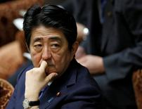 El primer ministro japonés Shinzo Abe, durante una sesión en la cámara baja, en el Parlamento en Tokio, Japón. 16 de mayo de 2016. Líderes del G7 coincidieron en la necesidad de adoptar medidas para impulsar la demanda global y eliminar factores que afecten la productividad en medio de persistentes riesgos a la economía global, dijo el miércoles el primer ministro japonés Shinzo Abe. REUTERS/Toru Hanai