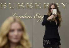 Modelo Cara Delevingne em frente loja da grife de luxo britânica Burberry.    21/09/2015     REUTERS/Toby Melville