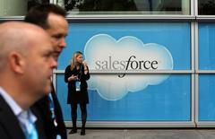 """Le spécialiste américain de l'informatique dématérialisée Salesforce.com a relevé ses prévisions de CA et de bénéfice annuels après avoir fait état de ventes supérieures aux attentes au premier trimestre. Salesforce, dont les résultats sont considérés comme un bon baromètre du secteur de l'informatique dématérialisée (""""cloud""""), a pris des parts de marché dans les logiciels à usage professionnel, de plus en plus d'entreprises privilégiant des outils simples et moins coûteux. /Photo d'archives/REUTERS/Robert Galbraith"""
