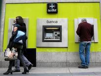 El grupo BFA-Bankia dijo el jueves que ha devuelto ya 1.200 millones de euros a inversores minoristas como compensación por la salida a bolsa de Bankia en julio de 2011 que los tribunales consideraron irregular. En la imagen, un hombre saca dinero de un cajero de Bankia en Madrid, el 29  de abril de 2016. REUTERS/Andrea Comas