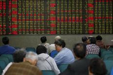 Инвесторы в брокерской конторе в Шанхае 21 апреля 2016 года. Акции Китая демонстрировали малоподвижную динамику в четверг, а объём торгов приблизился к минимуму трёх с половиной месяцев, поскольку многие инвесторы воздерживались от действий из-за беспокойств об экономике и возможности скорого повышения ставки Федрезервом США. REUTERS/Aly Song