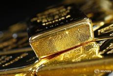 Золотые слитки на заводе Oegussa в Вене 18 марта 2016 года.  Цена на золото упала до трехнедельного минимума в четверг, расширяя потери предыдущего дня после публикации протоколов ФРС, из которых следует, что центробанк США может поднять ставки уже в июне. REUTERS/Leonhard Foeger