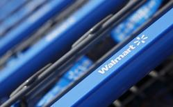 Carritos de compra afuera de un supermercado Wal-Mart Express en Chicago, Estados Unidos. 26 de julio de 2011. Wal-Mart Stores Inc reportó el jueves una ganancia trimestral más alta que la esperada gracias a mayores ventas en el mercado estadounidense, lo que disparó las acciones del minorista cerca de un 10 por ciento. REUTERS/John Gress/Files