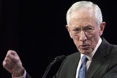 Imagen de archivo del vicepresidente de la Reserva Federal de Estados Unidos, Stanley Fischer, durante un discurso en Nueva York. 23 marzo 2015. Estados Unidos necesita un potencial de crecimiento económico más rápido a fin de elevar las tasas de interés de equilibrio a largo plazo, dijo el jueves Fischer. REUTERS/Brendan McDermid