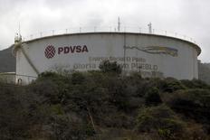 El logo de PDVSA, sobre un tanque de su refinería El Palito en Puerto Cabello, Velezuela, March 2, 2016. La estatal Petróleos de Venezuela (PDVSA) dijo el jueves que su producción de crudo se mantuvo estable en el primer trimestre de 2016, contrario a informes privados que indicaron una reducción por la crisis de ingresos y escasez, aunque no dio cifras. REUTERS/Marco Bello