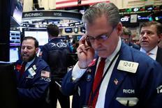 Трейдеры на Уолл-стрит. Фондовые рынки США открыли торги четверга снижением после выхода протоколов заседания ФРС США, вернувших ожидания повышения ключевой ставки уже в июне, а также в связи с падением цен на нефть из-за возобновившегося беспокойства о переизбытке предложения.  REUTERS/Lucas Jackson
