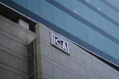 El logo de la construcctora mexicana ICA en su sede de Ciudad de México, Mar 8, 2016. Las acciones de la constructora mexicana ICA fueron suspendidas el jueves tras caer casi un 15 por ciento en la bolsa local, en medio de la incertidumbre por la reestructuración de su deuda.  REUTERS/Edgard Garrido