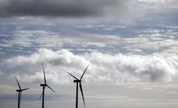 Fersa dijo el jueves que accionistas con un 45,17 por ciento del capital se han comprometido a aceptar una oferta en metálico de 0,50 euros por acción que lanzará Audax Energía y que valora al grupo catalán de energías renovables en 70 millones de euros.  Imagen de archivo de aerogeneradores en un parque eólico de Iberdrola en Maranchón, el 17 de diciembre de 2012. REUTERS/Sergio Pérez