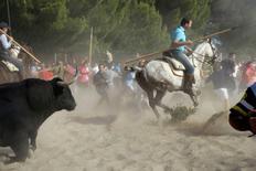 "Touro correndo durante festival ""Toro de la Vega"", em Tordesilhas, Espanha.    11/09/2012       REUTERS/Joseba Etxaburu/Files"