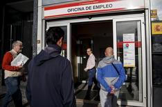 Sólo el 1,7 por ciento de los asalariados en España encontraron su trabajo gracias al servicio público de empleo el año pasado, un dato que pone de manifiesto el papel residual de las oficinas públicas en las labores de intermediación pese al crónico problema de paro en España. En la imagen, personas en la entrada de una oficina del INEM en Madrid, 5 de mayo de 2015. REUTERS/Andrea Comas